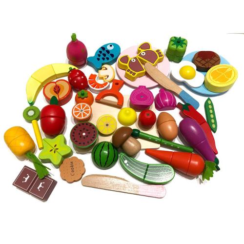 Набор разрезных продуктов в корзинке